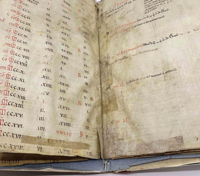 Pergament- und Papierfälze halten die einzelnen Seiten zusammen.