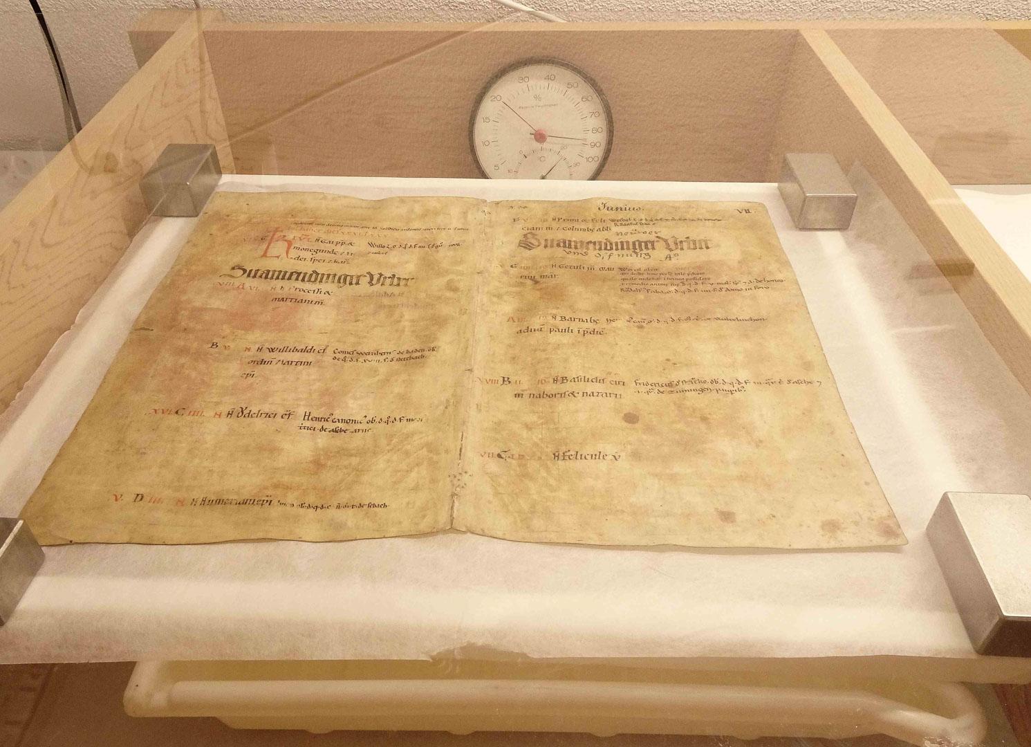 Störrisches Pergament wird im Zedernholzkasten mit einer Luftfeuchtigkeit von fast 90 Prozent wieder geschmeidig gemacht.