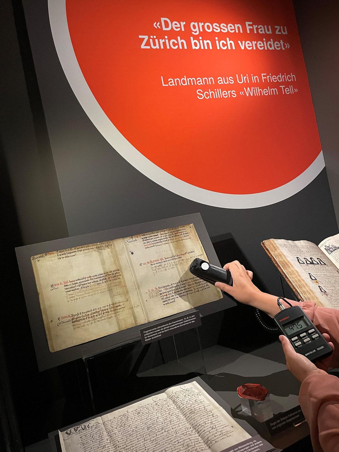 Pergamentfragment in der Wandvitrine der Ausstellung «Starke Zürcherinnen»