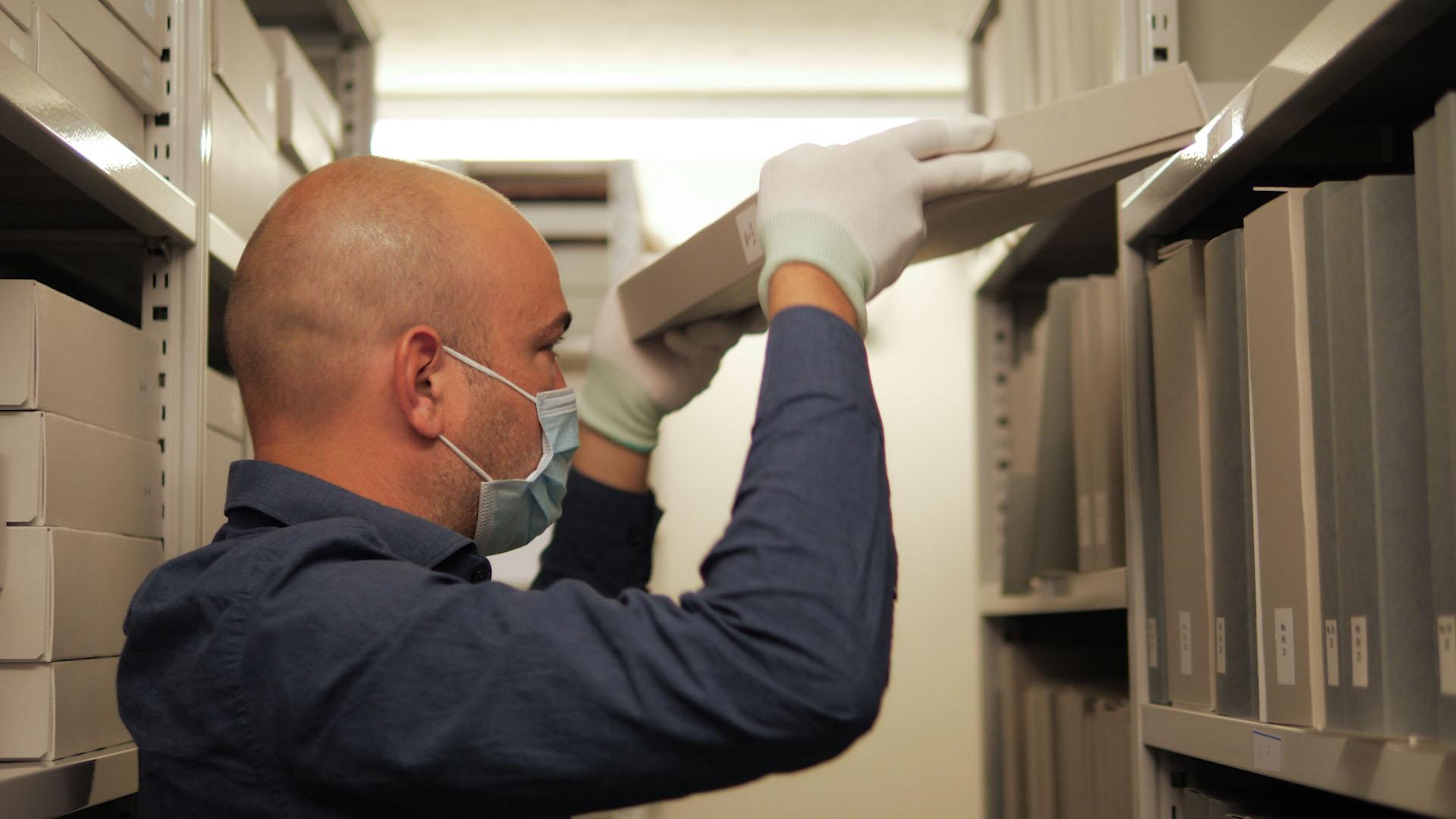 Der Kurator Gunnar Dalvit holt die Fragmente aus dem Tresor, dem die ZB ihre wertvollsten Handschriften verwahrt.