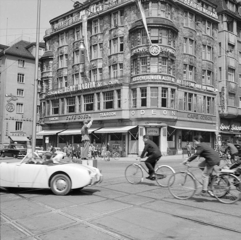 Das Café Odeon ist bis in die 1960er Jahre auch für Literatinnen und Literaten ein wichtiger Treffpunkt (Bild: ETH-Bibliothek Zürich, Bildarchiv / Fotograf: Comet Photo AG (Zürich) / Com_M08-0098-0040 / CC BY-SA 4.0)