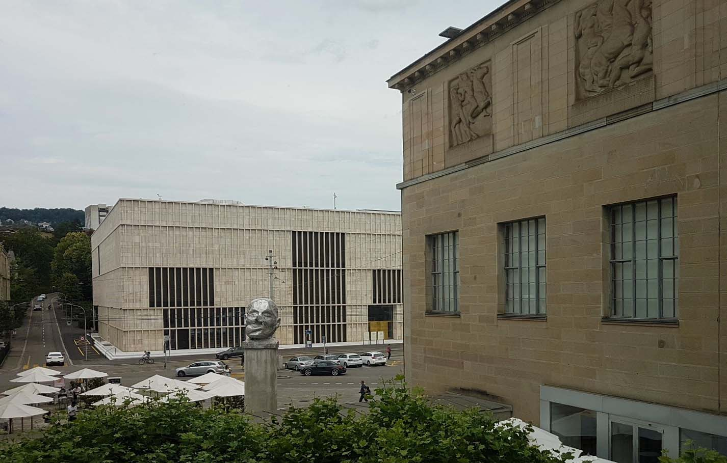 Blick vom alten Kunsthaus über den Heimplatz zum neuen Chipperfield-Bau (Bild: Lothar Schmitt)