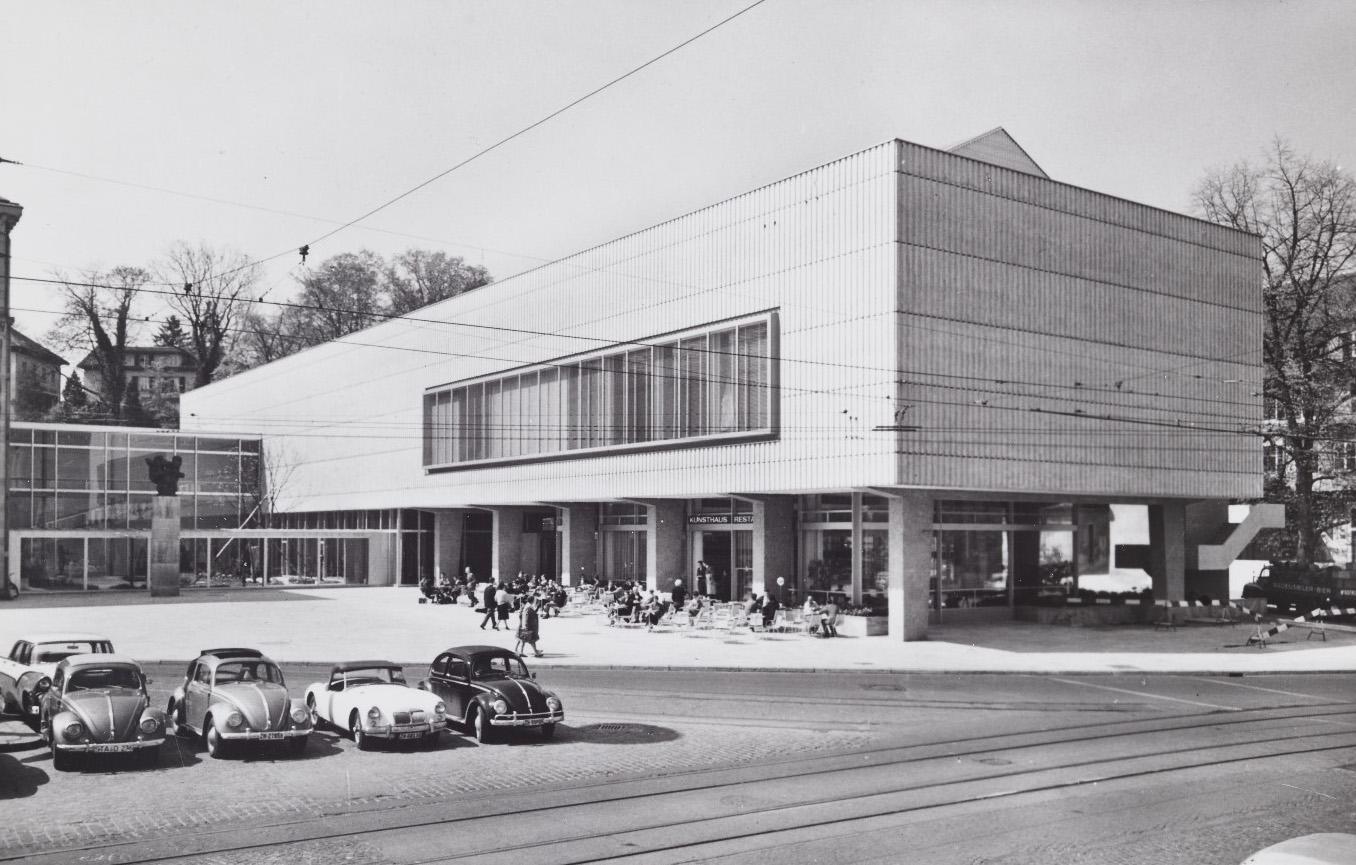 Der Pfister-Bau bietet ab 1956 Raum für Ausstellungen und ein Restaurant (Bild: BAZ)