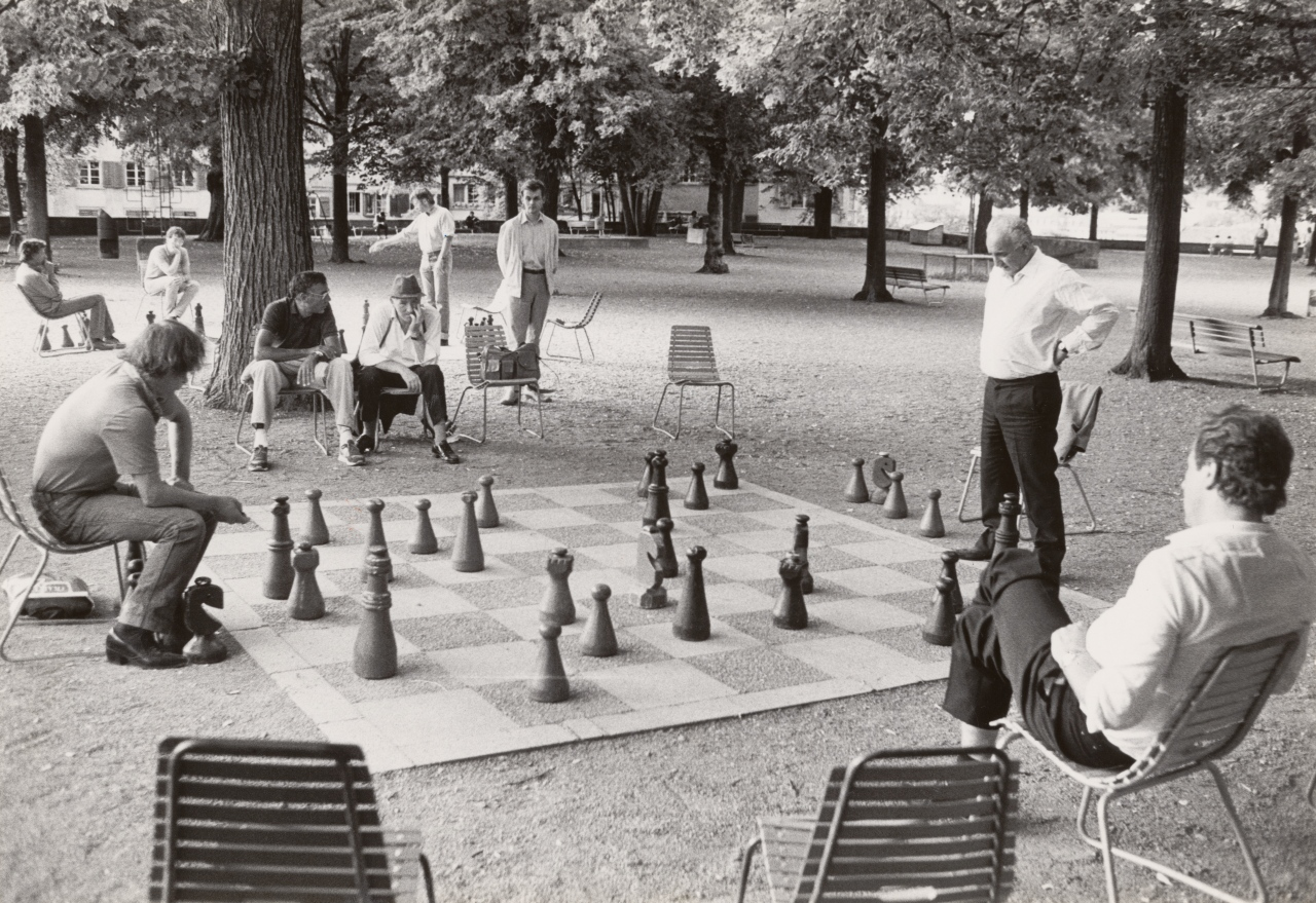 ZürichFenster, Chess players on Lindenhof in Zurich, 1988. A tradition that lives on to this day. Department of Prints and Drawings and Photo Archive: Tages-Anzeiger image archive, photograph by Reto Oeschger