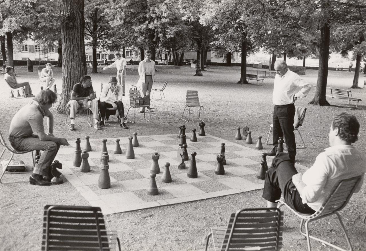 Schachspieler auf dem Zürcher Lindenhof, 1988. Eine Tradition, die bis heute überdauert hat. Graphische Sammlung und Fotoarchiv: Bildarchiv des Tages-Anzeigers, Fotografie von Reto Oeschger