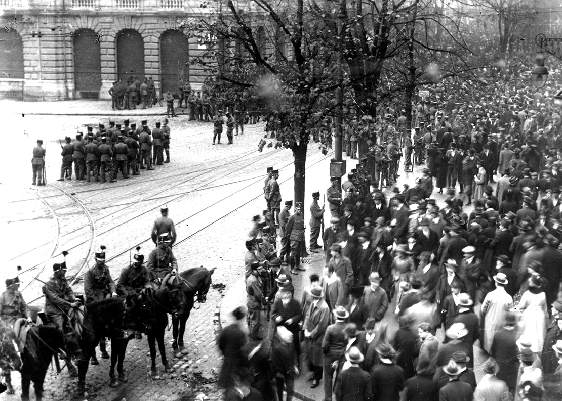 Das Militär besetzt den Paradeplatz während des Proteststreiks