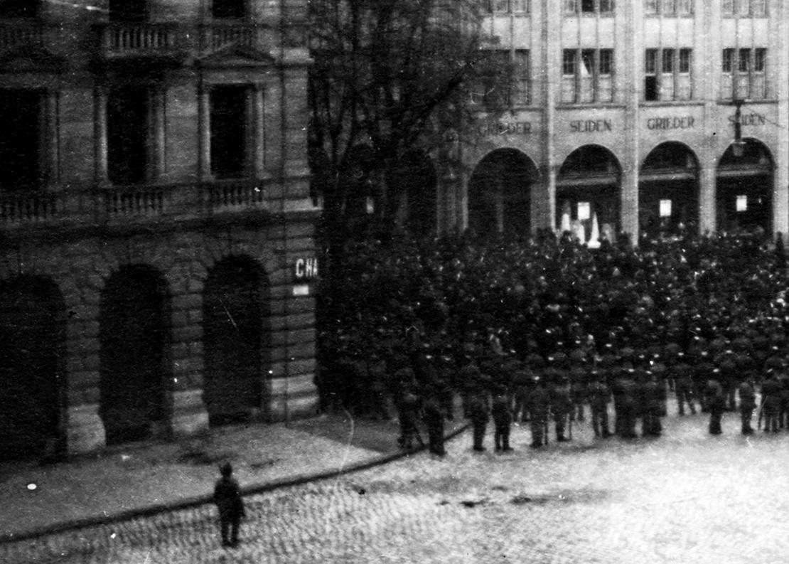Truppen sperren den Zugang von der Bahnhofstrasse zum Paradeplatz ab