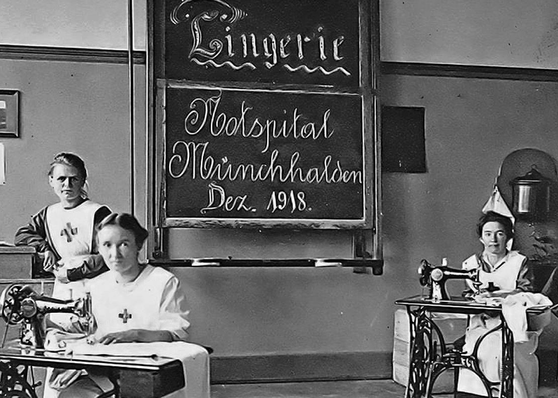 Drei Krankenschwestern im Wäscheraum des Notspitals Münchhalden. Archiv Schweizerisches Rotes Kreuz.