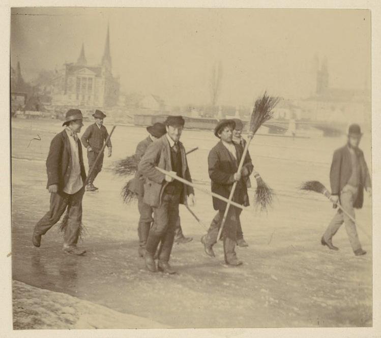 Seegfrörni 1891: eine Gruppe von Männern mit Besen auf dem Zürichsee. Signatur: Breitinger, Cabinet V, Varia V